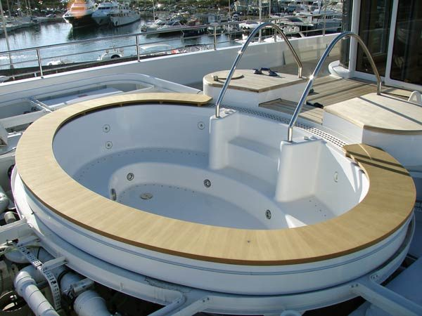 Round jacuzzi surround